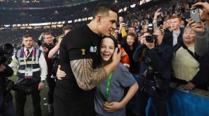 sonny-bill-williams-tras-regalar-medalla-oro-charlie-lines-1446486511437